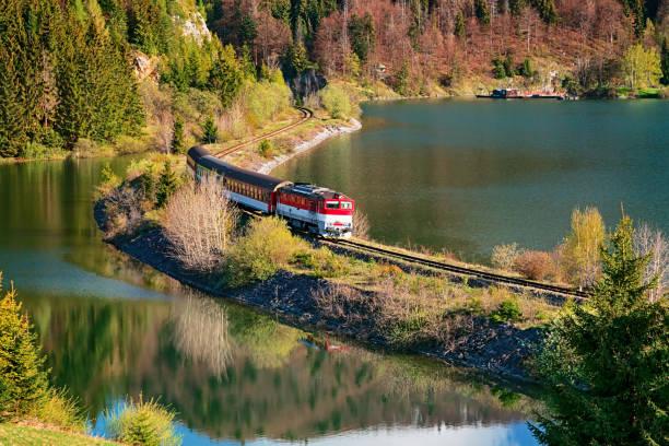 슬로바키아 슬로바키아 파라다이스 (slovensky raj) 국립 공원에서 mlynky 마 근처 호수를 통해 전달 기차. - 슬로바키아 뉴스 사진 이미지