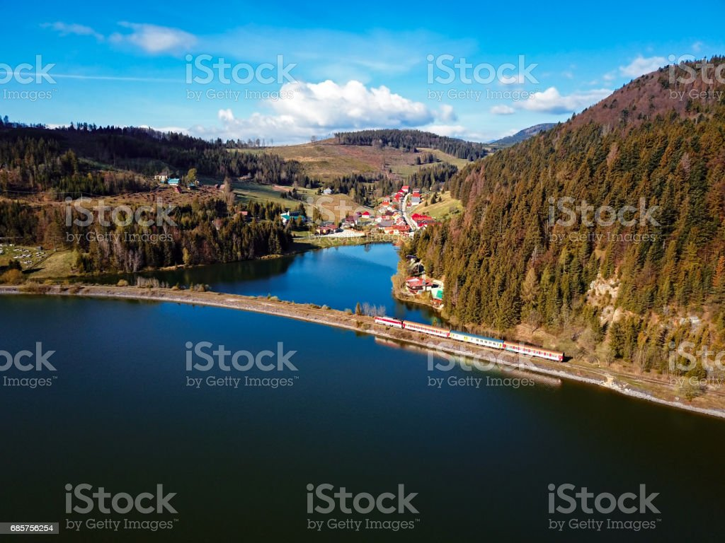 Trein passing via lake nabij Mlynky dorp in het Slowaaks paradijs national park, Slowakije. royalty free stockfoto