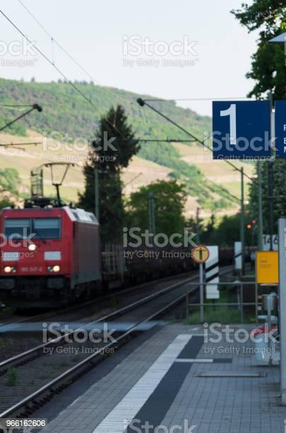Tåg Passerar Stationen-foton och fler bilder på Etikett