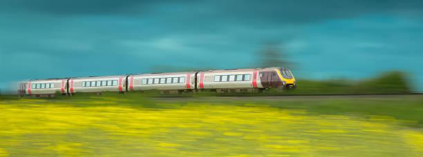Cтоковое фото Поезд ускорение через поля