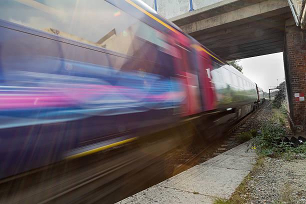Cтоковое фото Поезд ускоряя под мостом в blur