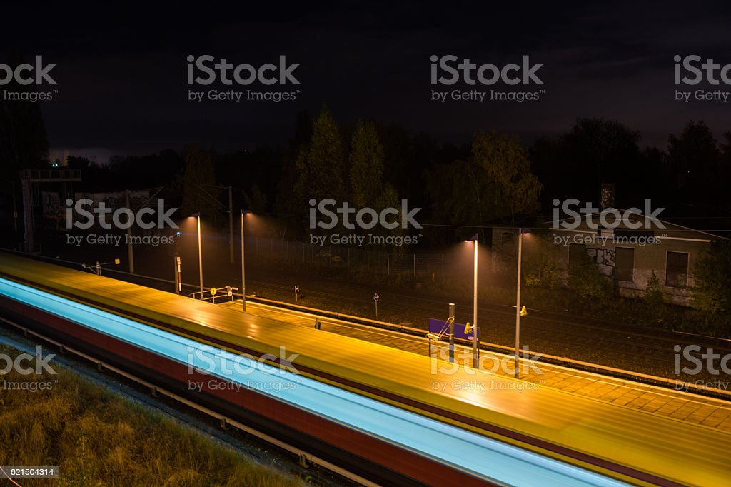 Train starting it's trip from a station platform foto stock royalty-free