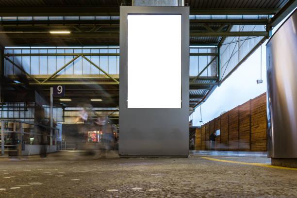 Train Station Werbung vertikale Billboard Mockup Langzeitbelichtung Menschen vorbei – Foto