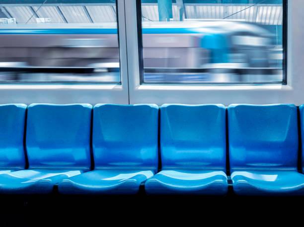 지하철 에서 내부 파란색 인테리어와 기차역과 빈 좌석 통근. 스톡 사진
