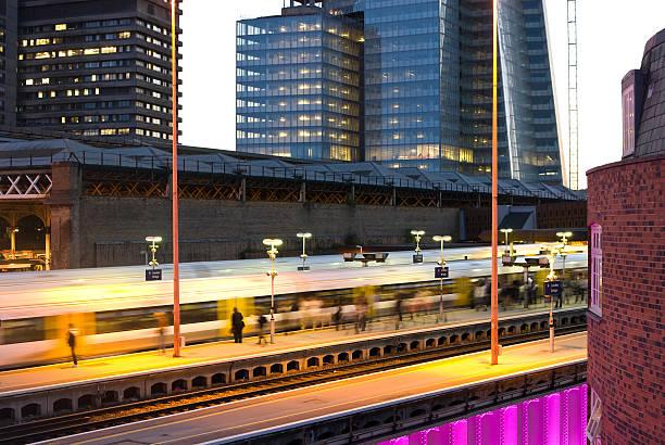 dworzec kolejowy london bridge - konduktor pociągu zdjęcia i obrazy z banku zdjęć