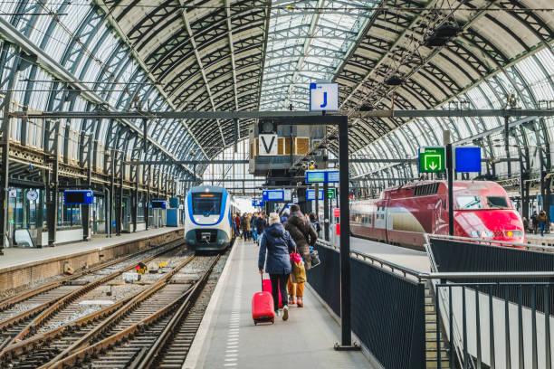 Bahnhof Bahnsteig am Amsterdamer Hauptbahnhof (Amsterdam Centraal). – Foto