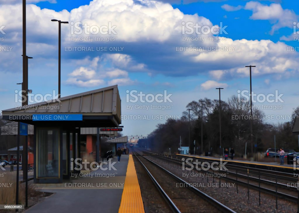 Bahnhof Bahnsteig in Chicago Vororten während der Frühjahrssaison. - Lizenzfrei Abwarten Stock-Foto