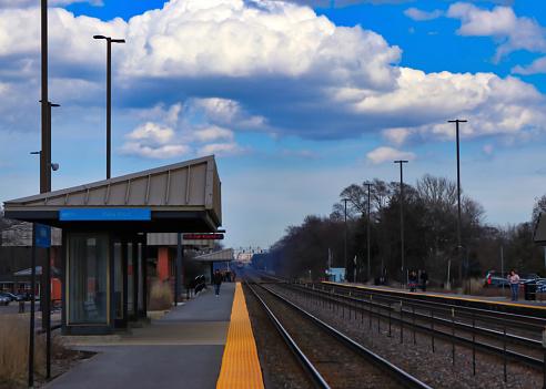 Bahnhof Bahnsteig In Chicago Vororten Während Der Frühjahrssaison Stockfoto und mehr Bilder von Abwarten