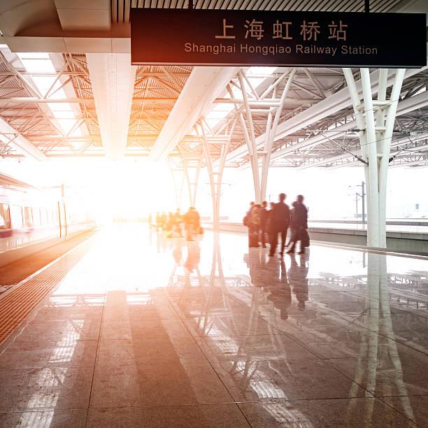 Haltestelle im Bahnhof – Foto