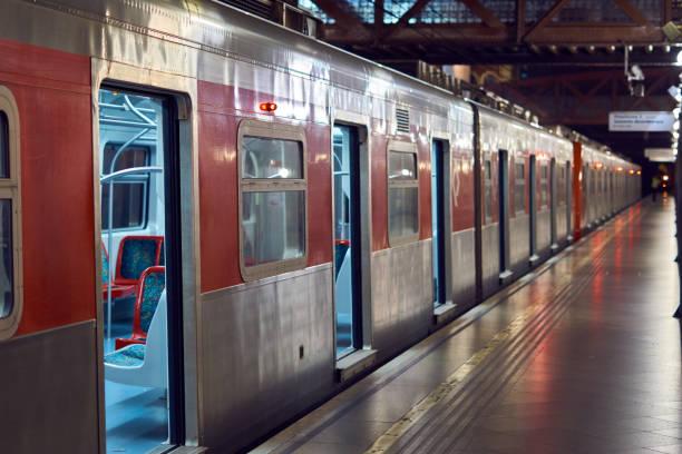 Wagen mit offenen Türen an der leichten Station in Sao Paulo zu trainieren. – Foto