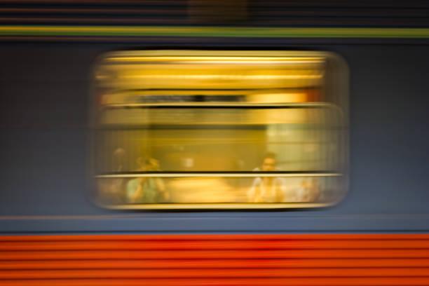 Zugfenster in Bewegung mit reflektierte Menschen – Foto