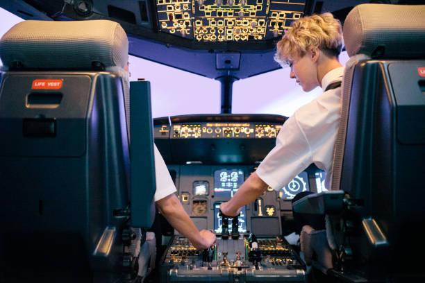 Auszubildende Pilot operative Drossel im Flugsimulator mit Instruktor – Foto