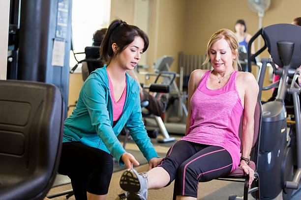 Trainer arbeitet mit leitender Frau – Foto