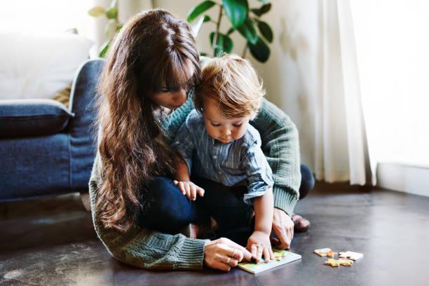 training his little mind - puzzle foto e immagini stock