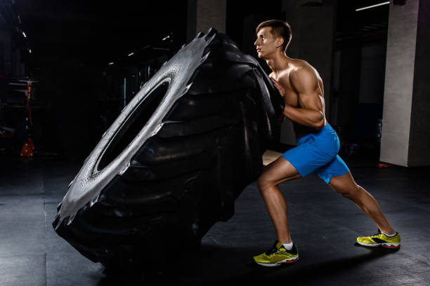 formación - hombre neumático los bancos en gimnasio - hombres grandes musculosos fotografías e imágenes de stock