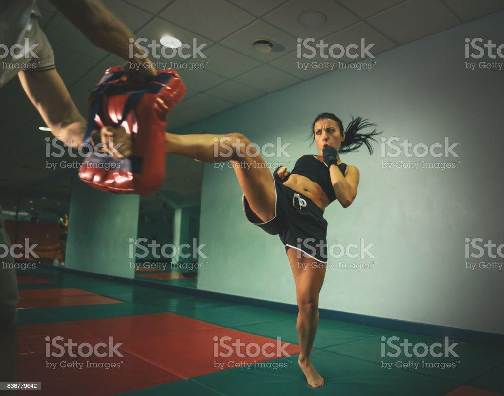 Formação de mulher kickboxer - foto de acervo