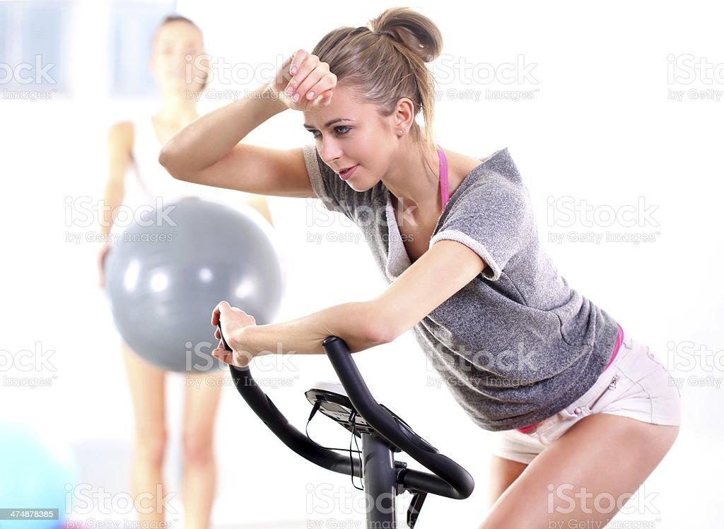 Capacitación sobre el entrenamiento en bicicleta con entrenador - Foto de stock de Actividades y técnicas de relajación libre de derechos