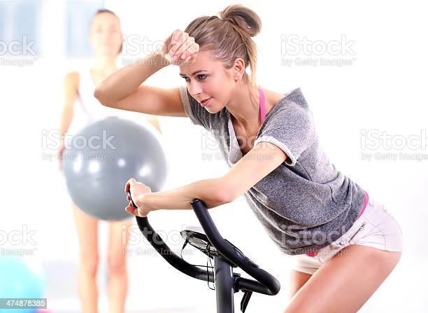 Capacitación Sobre El Entrenamiento En Bicicleta Con Entrenador Foto de stock y más banco de imágenes de Actividades y técnicas de relajación