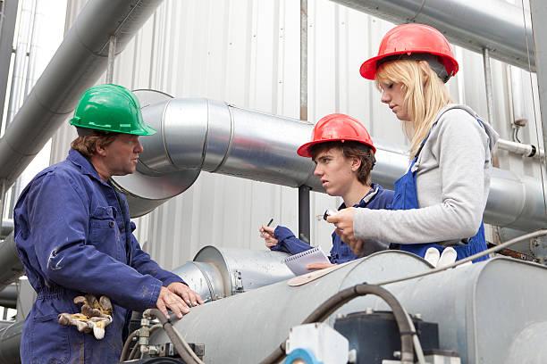 Training im Freien. Auszubildender macht Notizen. Learning für Mechaniker. – Foto