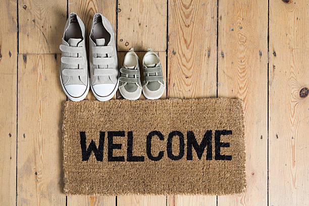Scarpe da Training e un tappetino di benvenuto - foto stock