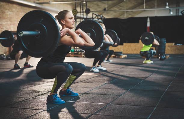 entrenamiento juntos y permanecer centrado - entrenamiento con pesas fotografías e imágenes de stock
