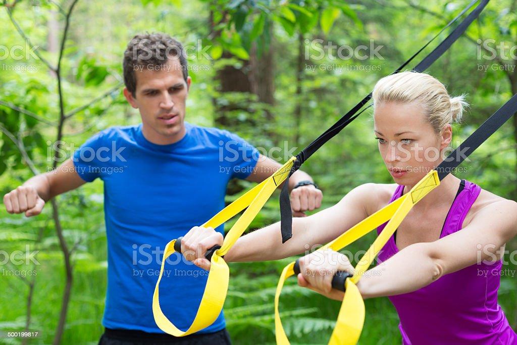 Training mit fitness-Träger im Freien. Lizenzfreies stock-foto