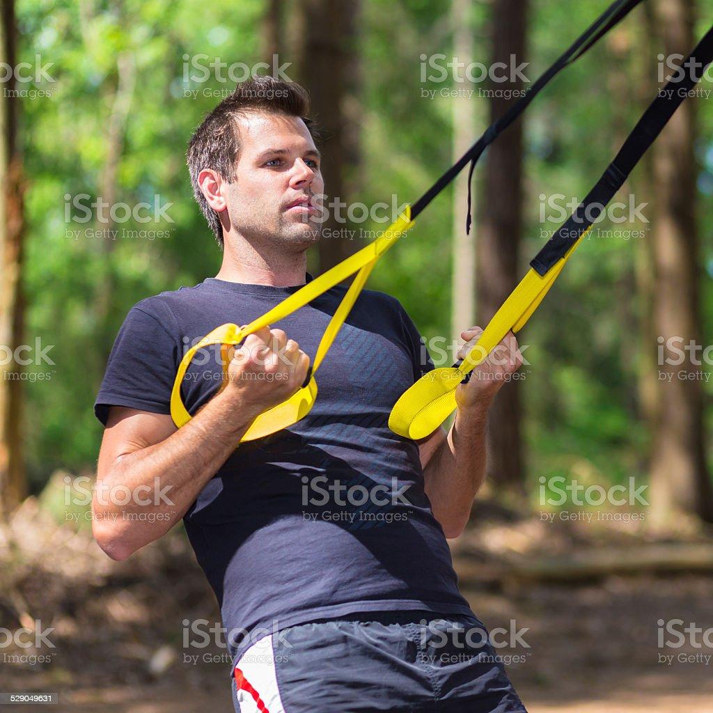 Training mit fitness-Träger im Freien. – Foto