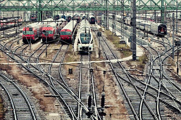 züge in wien hauptbahnhof - eisenstadt austria stock-fotos und bilder