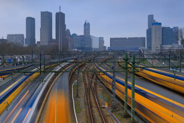 treinen vertrekken vanaf en aankomst op den haag centraal station, het centraal station in den haag - den haag stockfoto's en -beelden