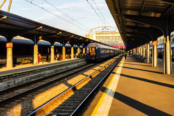 Züge auf dem Bahnsteig am Bukarester Nordbahnhof (Gara de Nord) in Bukarest, Rumänien. – Foto