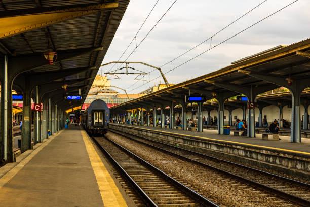 Züge auf dem Bahnsteig des Bukarester Nordbahnhofs (Gara de Nord Bucuresti) in Bukarest, Rumänien, 2019 – Foto