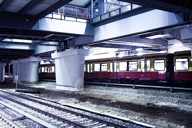 bahnhof ostkreuz - sprüche über reisen stock-fotos und bilder