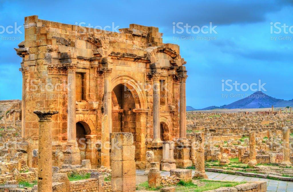 Arc de Trajan dans les ruines de Timgad en Algérie - Photo