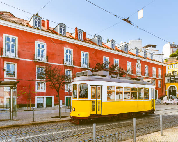 tram 28, the famous yellow tram in lisbon - eletrico lisboa imagens e fotografias de stock