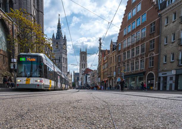 Straßenbahn in der mittelalterlichen Stadt Gent, Belgien – Foto