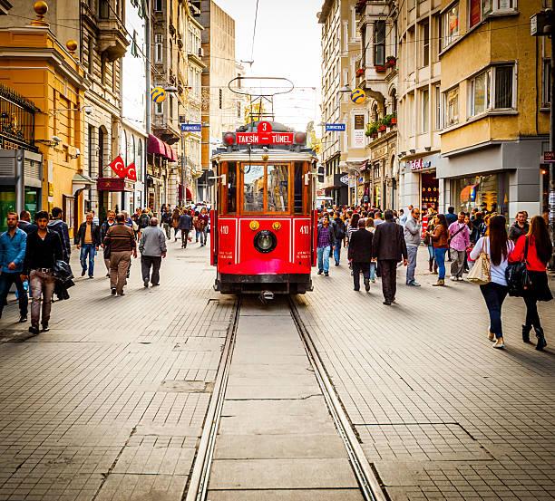 tram che si fa strada lungo l'affollata i̇stiklal avenue di istanbul - linea tranviaria foto e immagini stock