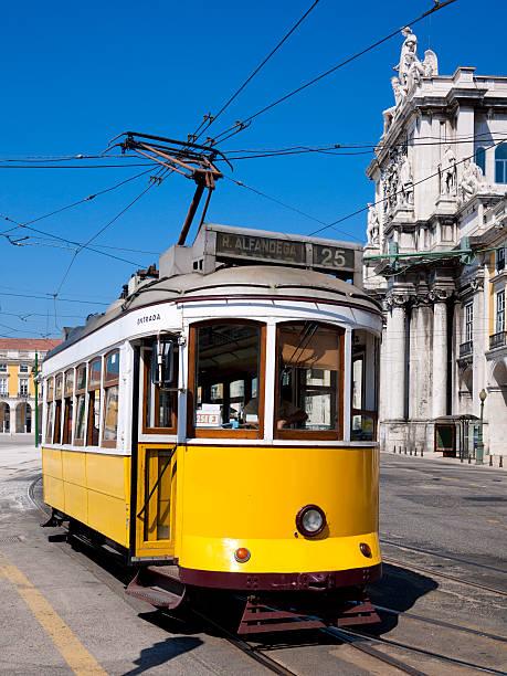 eléctrico no comércio square, lisboa, portugal - eletrico lisboa imagens e fotografias de stock