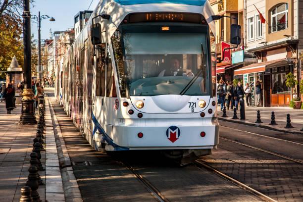 tram in sultanahmet district, istanbul in turkey - linea tranviaria foto e immagini stock