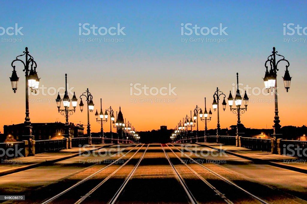 Lignes de tramway sur la pierre pont Pont de Pierre à vue de nuit à Bordeaux, France - Photo