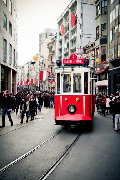 spårvagn på istiklal-avenyn i taksim, istanbul - istiklal avenue bildbanksfoton och bilder