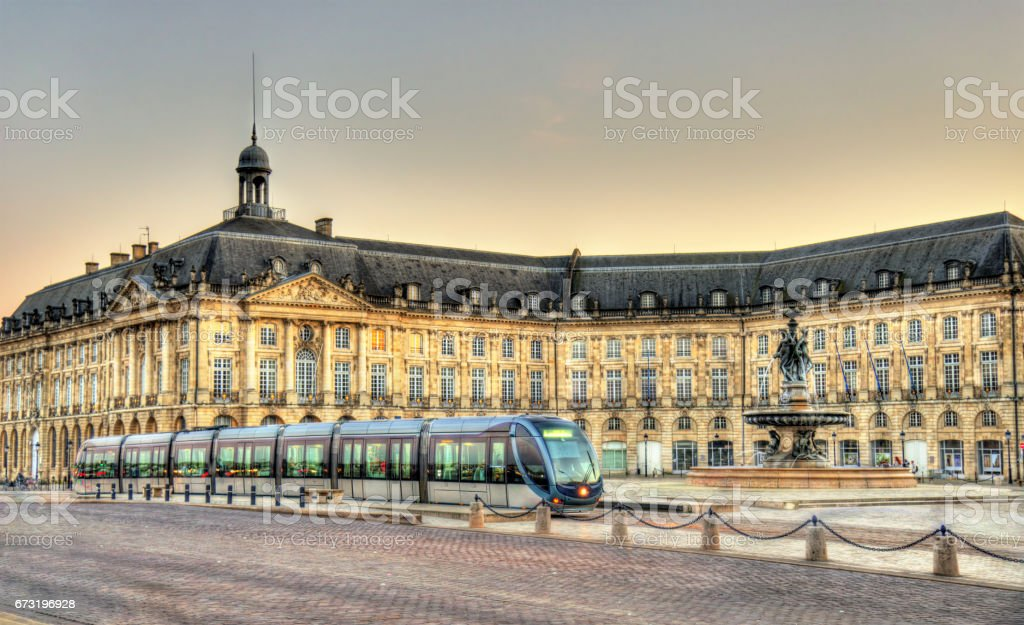 Le tram sur la Place de la Bourse à Bordeaux, France - Photo