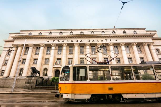 Straßenbahn fährt vor dem Gerichtsgebäude gebäude a Sofia, Bulgarien – Foto