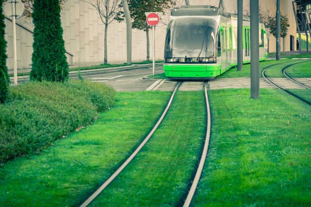 rotaie del tram coperte di erba verde - linea tranviaria foto e immagini stock