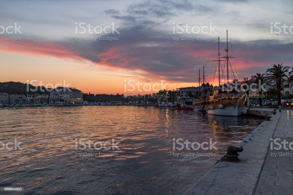 Tramonto al porto di Makarska, Croazia - foto di stock immagine - foto stock