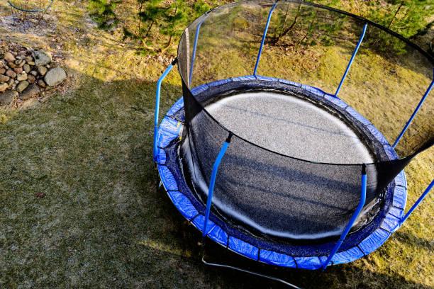 trampolin auf einer wiese mit schnee bedeckt, ansicht von oben - gartentrampolin stock-fotos und bilder