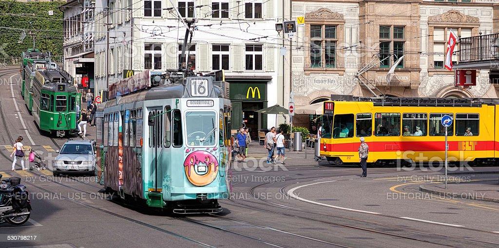 Straßenbahnen in der Altstadt von Basel – Foto