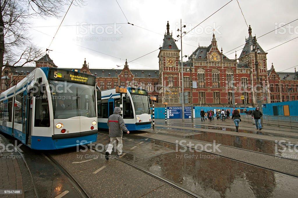 Tramways attente pour les passagers à la gare centrale d'Amsterdam, Pays-Bas photo libre de droits