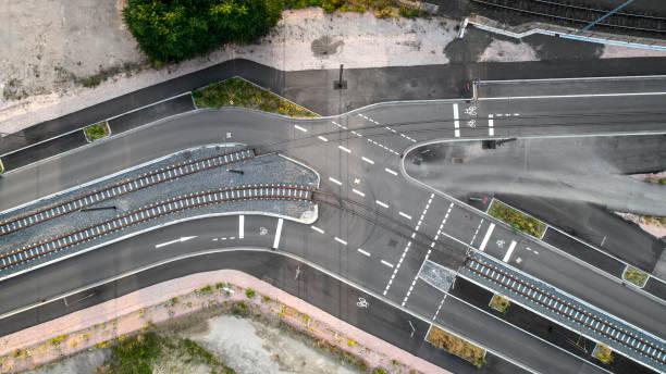 straßenbahnschienen und straßen - luftbild - radwege deutschland stock-fotos und bilder