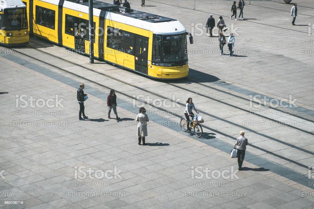 Straßenbahn /tram zu trainieren, /streetcar und Menschen in Berlin – Foto