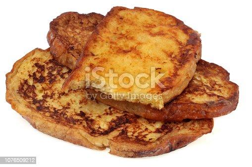 Tranches de pain perdu sur fond blanc
